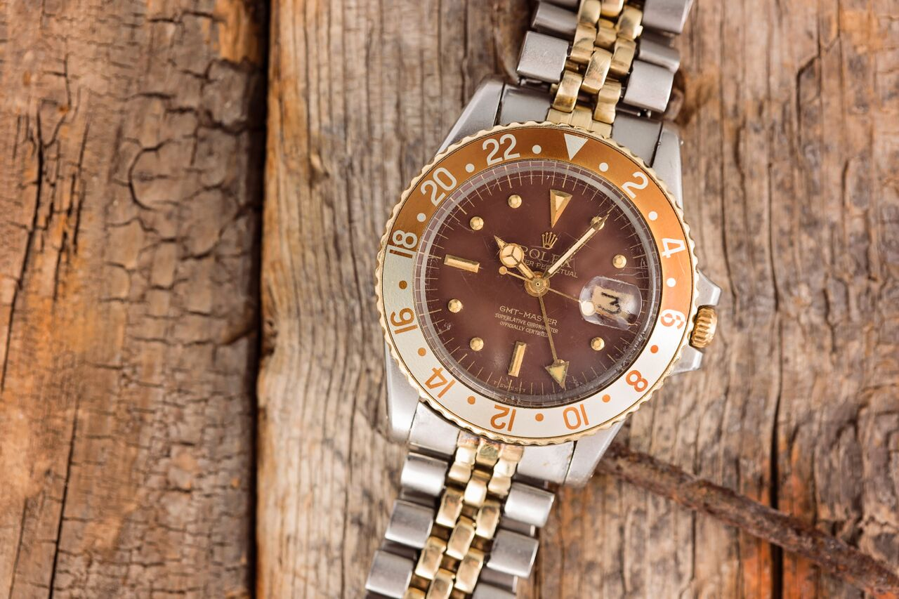 The matching dial, bezel, and aged patina gives this watch a perfect touch.