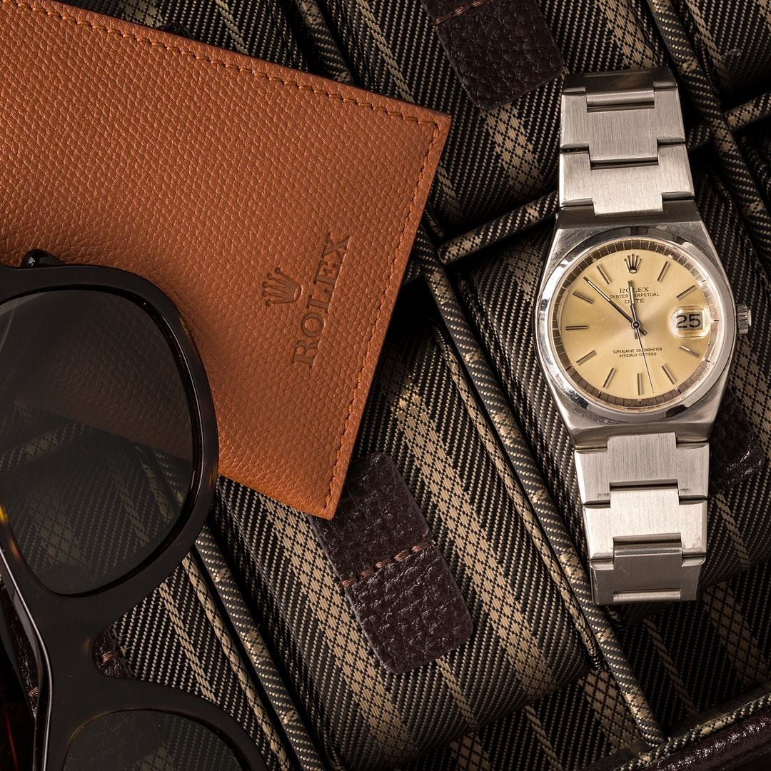 A Rolex Date 1530 looks similar to an Oysterquartz, but is actually a mechanical watch