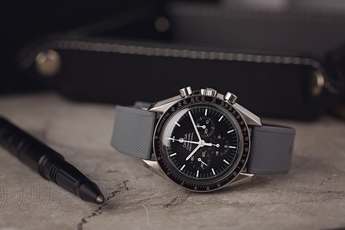 How do you use an Omega Speedmaster Moon Watch